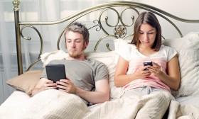 Анкета: Дали го игнорирате партнерот на сметка на телефонот?