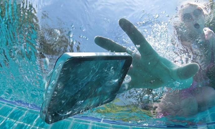 Што да не правите кога ќе ви падне телефонот во вода