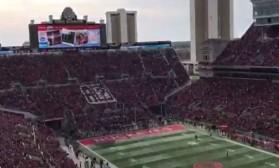 Видео: 105 000 фанови ги исмеваат Apple и iPhone сред утакмица!